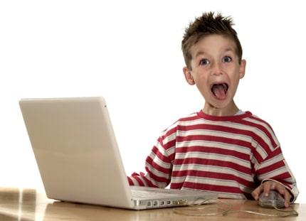 Niño más feliz que perro en camioneta aprendiendo online