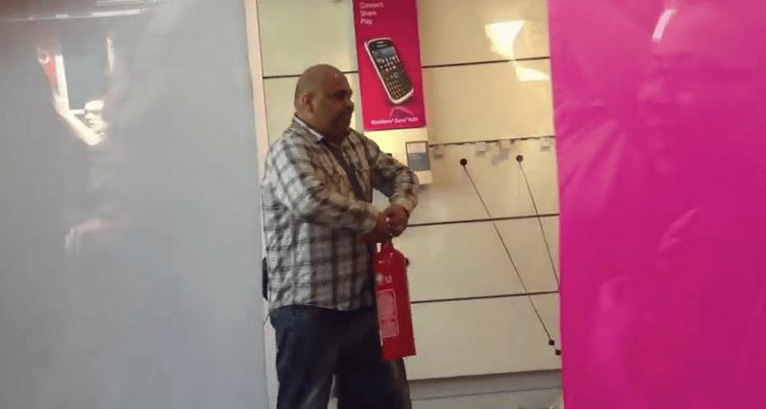 Usuario de t mobile destruye tienda de la empresa en inglaterra ohmygeek - Empresas en inglaterra ...