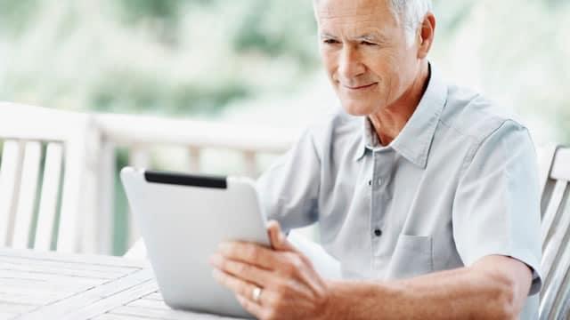 Abuelo utilizando tableta