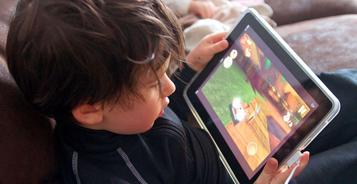 Chico jugando tableta