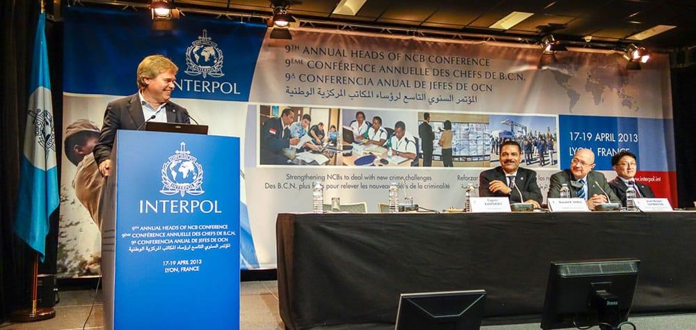Eugene Kaspersky con la Interpol en Francia