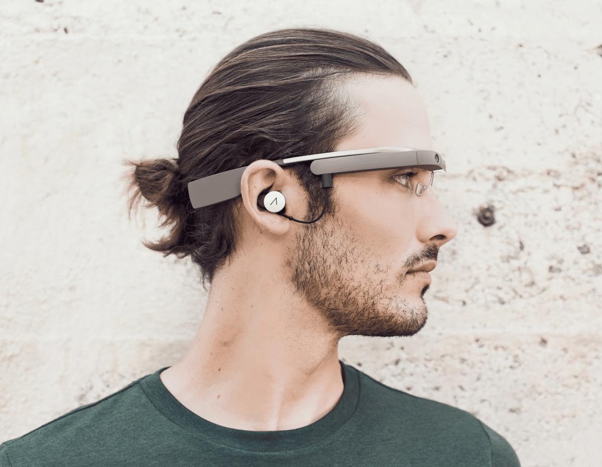 Google Glass tendrá aurículas especiales que se conectarán al puerto USB.