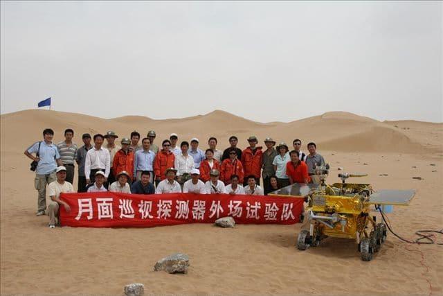 Chang'e-3 y su equipo humano en pruebas de terreno ante de viajar.