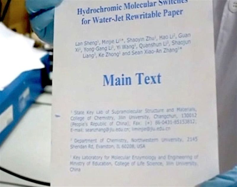 Sin tinta: Un grupo de investigadores chinos desarrolló un papel especial que permite imprimir con agua.