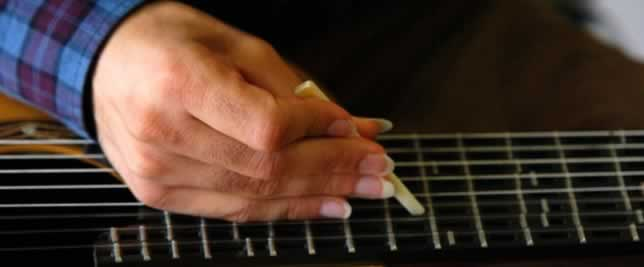 Tolgahan, en el video, muestra cómo puedes modificar trastes en su guitarra microtonal.