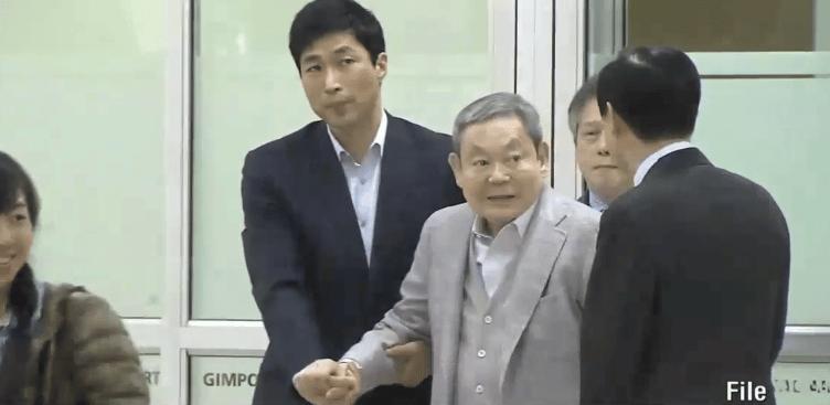 Lee Kun-hee desde que se operó el pulmón en los 90, sufre de problemas respiratorios.
