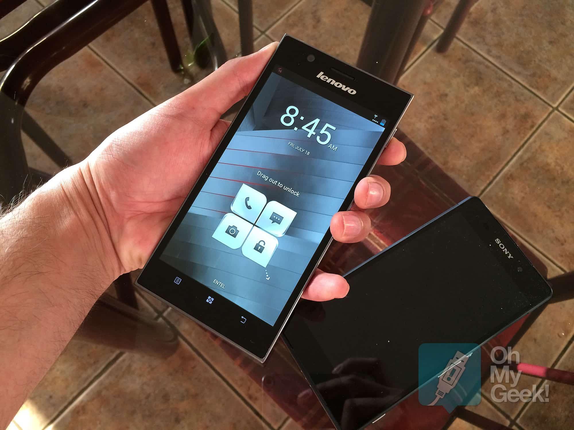 Lenovo K900 en las manos y de fondo un Sony Xperia Z2 para la comparación.
