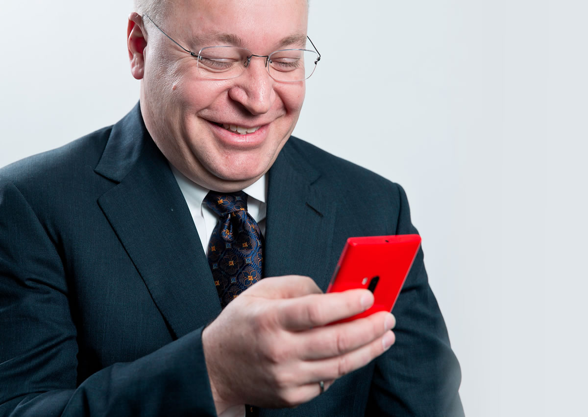"""Stephen Elop fue quien mostró a los empleados este supuesto teléfono """"selfie""""."""