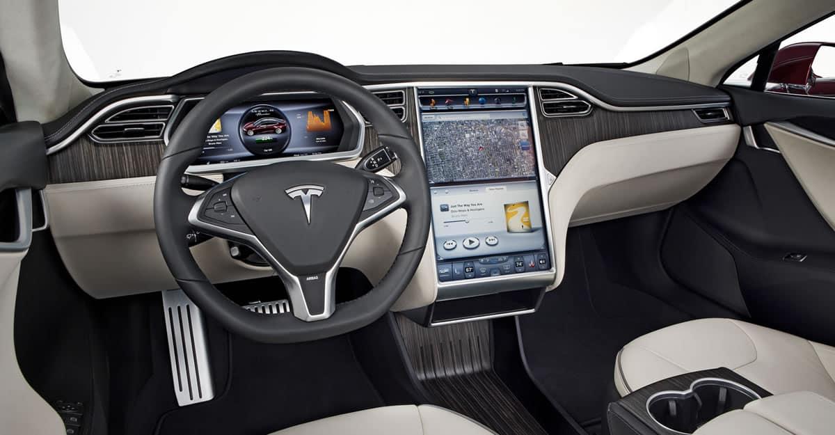 Automóviles online: Tesla Serie S, un vehículo que en la actualidad es un hiperconectado a Internet.
