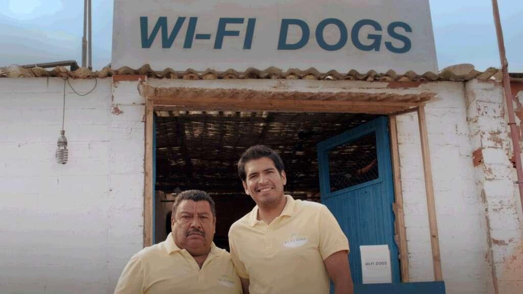 José y su ayudante; los hombres tras Wi-Fi Dogs.