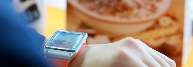 Al igual que en un smartphone, tu apuntas con la cámara del reloj para el reconocimiento de objetos.