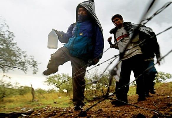 Tráfico de personas: Gente se aventura a atravesar las fronteras ilegalmente a través de Coyotes contactados en Facebook.
