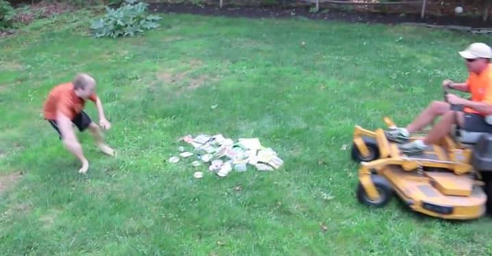 Escena del video cuando la podadora destruye los títulos.
