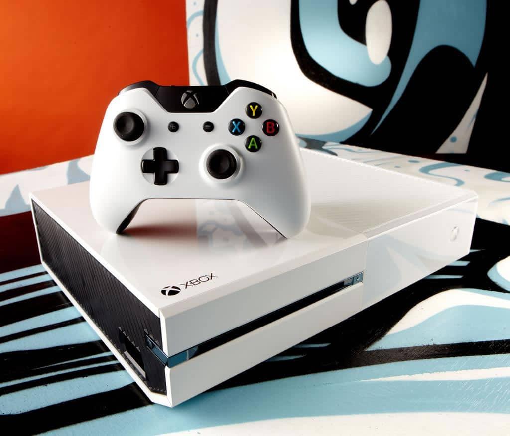 "Así luce la Xbox One blanca del bundle ""Sunset Overdrive""."