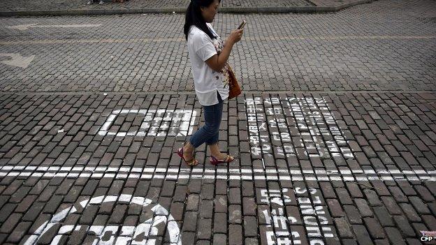 Así luce el carril exclusivo para peatones con celular en Chongqing.