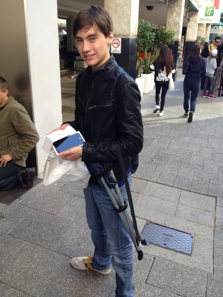 Jack Cooksey afuera de la Apple Store de Perth.