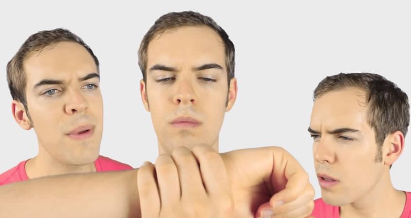 Jack Douglass en su parodia al Apple Watch. El producto saldrá recién el 2015.