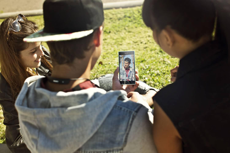 Múltiples aplicaciones y funciones, complementan la experiencia selfie en el Xperia C3.