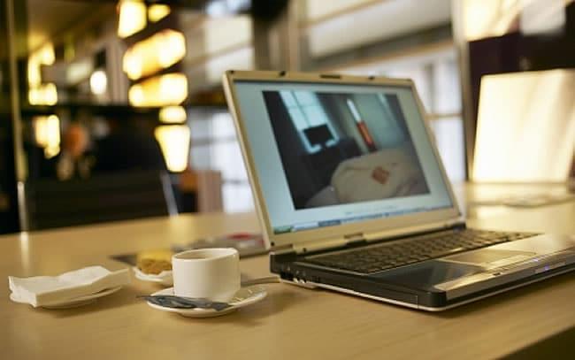 Considera las actualizaciones de software como algo sospechoso en una red de hotel.