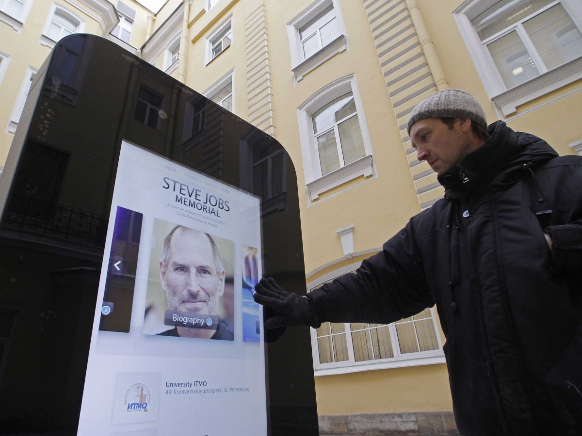 El monumento en forma de iPhone fue quitado en Rusia por transgredir las normas de propaganda.