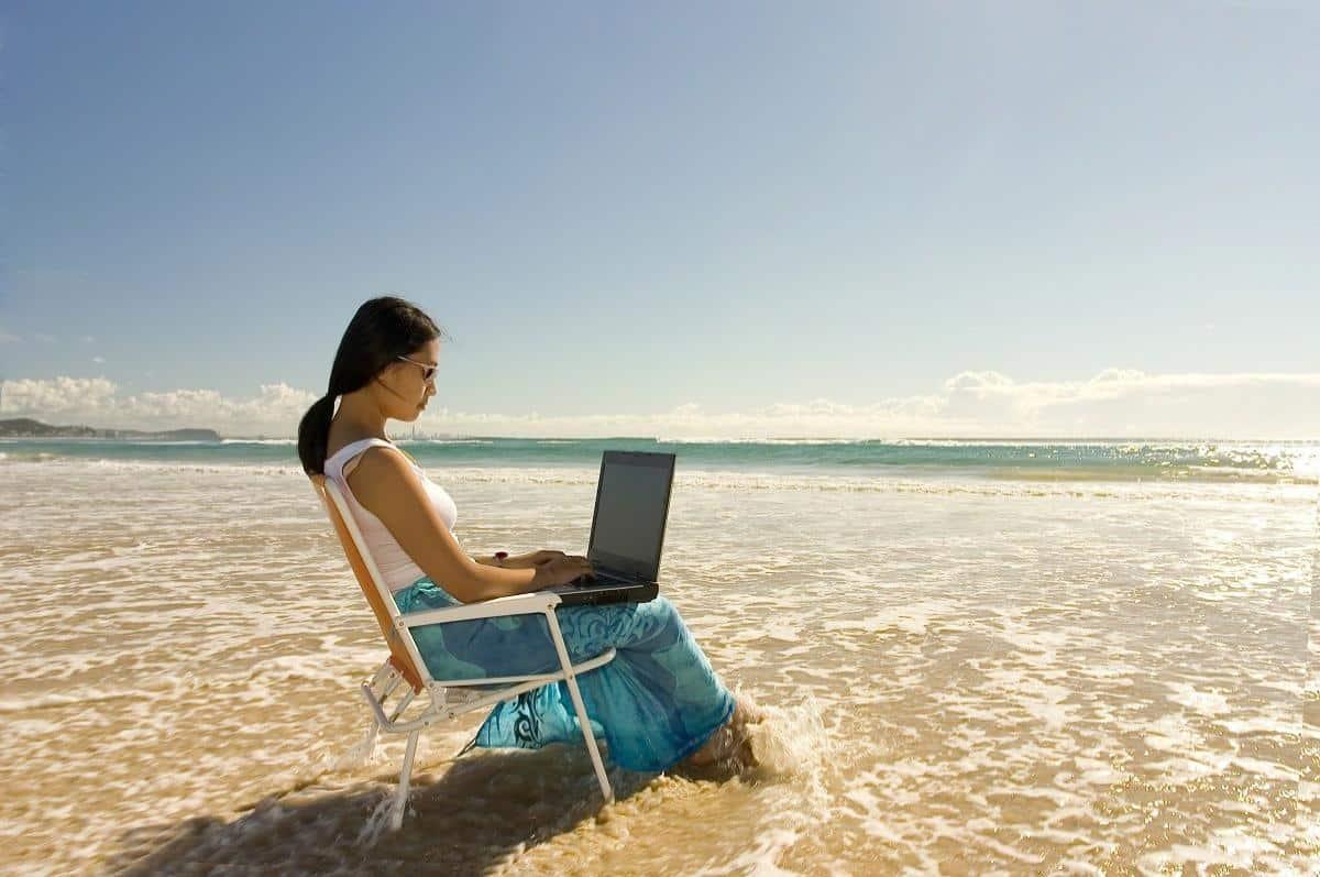 La brisa marina en la playa, es considerada la peor enemiga de las laptops.