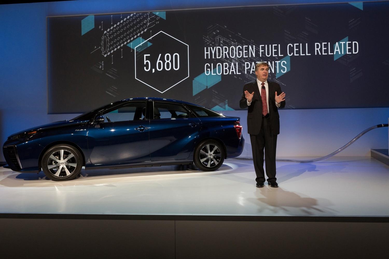 Toyota presentó su último modelo de la línea Mirai que funcionan con hidrógeno.