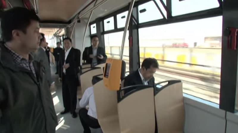 El tranvía puede transportar como mínimo a 380 personas.