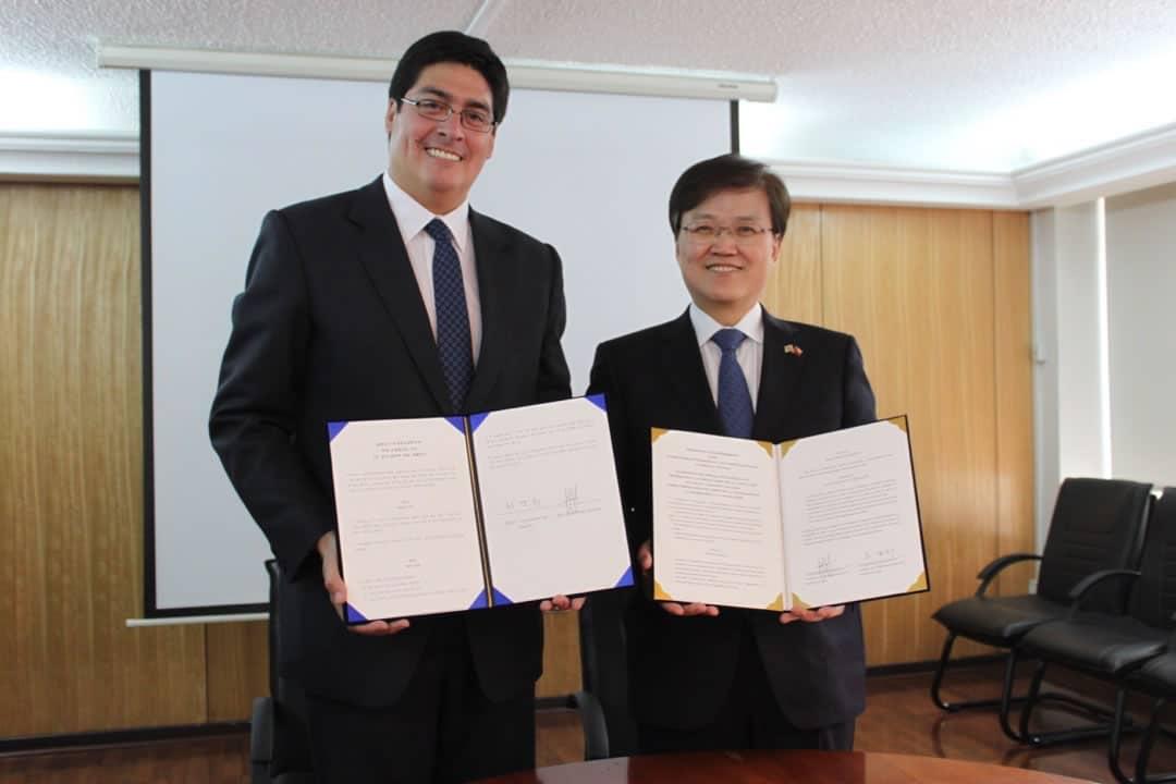 El Ministro de Ciencias y Tecnologías de Información y Comunicación de Corea del Sur, Choi Yanghee, y el Subsecretario de Telecomunicaciones de Chile, Pedro Huichalaf.