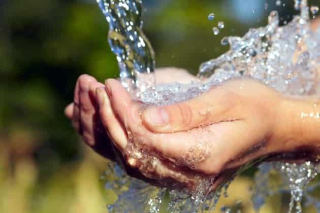 El agua potable es perfectamente bebible frente a la embotellada.