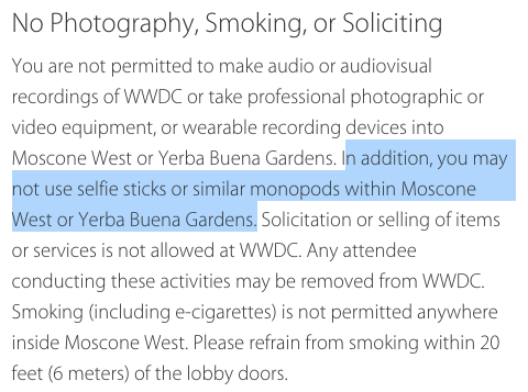Anuncio de Apple con la prohibición de los bastones selfie en la conferencia.