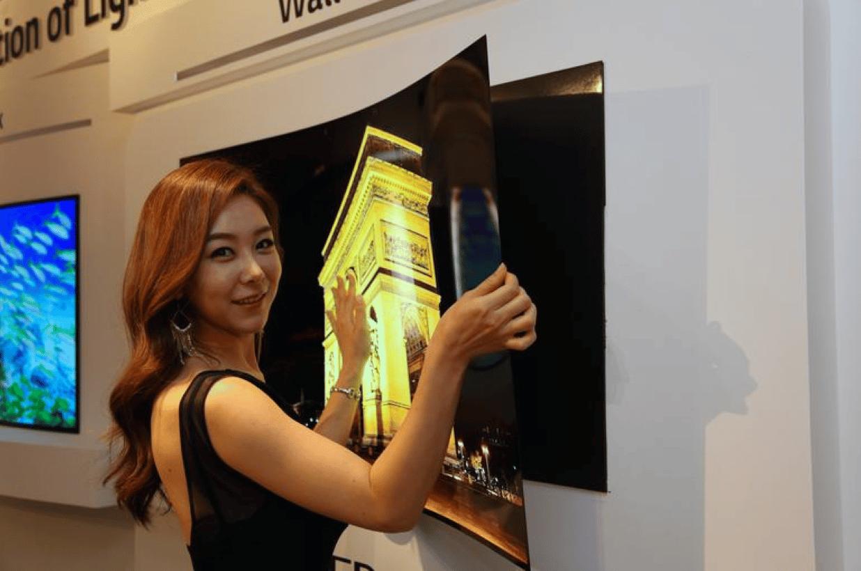 LG presentó un televisor tan fino como un poster o un cartel.