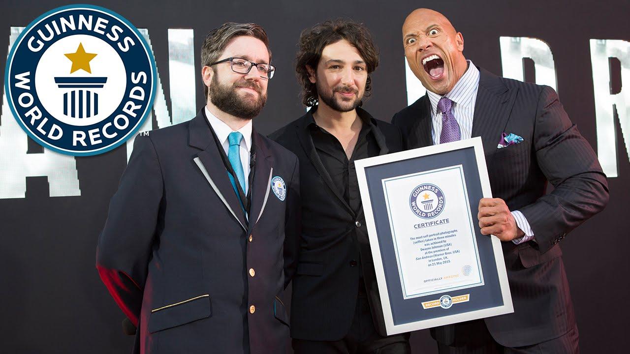 The Rock recibiendo el diploma que lo certifica como la persona que más selfies se ha tomado en tres minutos.