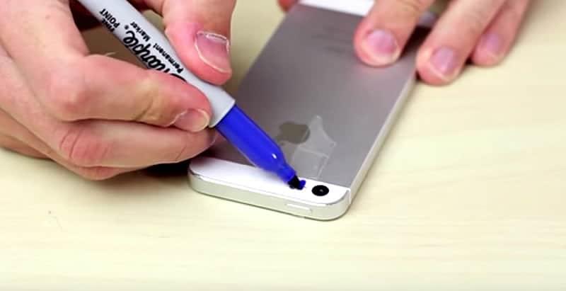 Con sólo pintar el Flash LED del teléfono supuestamente obtendrías una luz ultravioleta.
