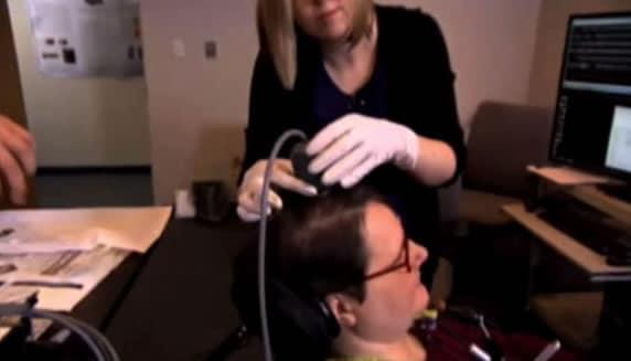 Literalmente la prótesis sensible al tacto se conecta directamente al cerebro.