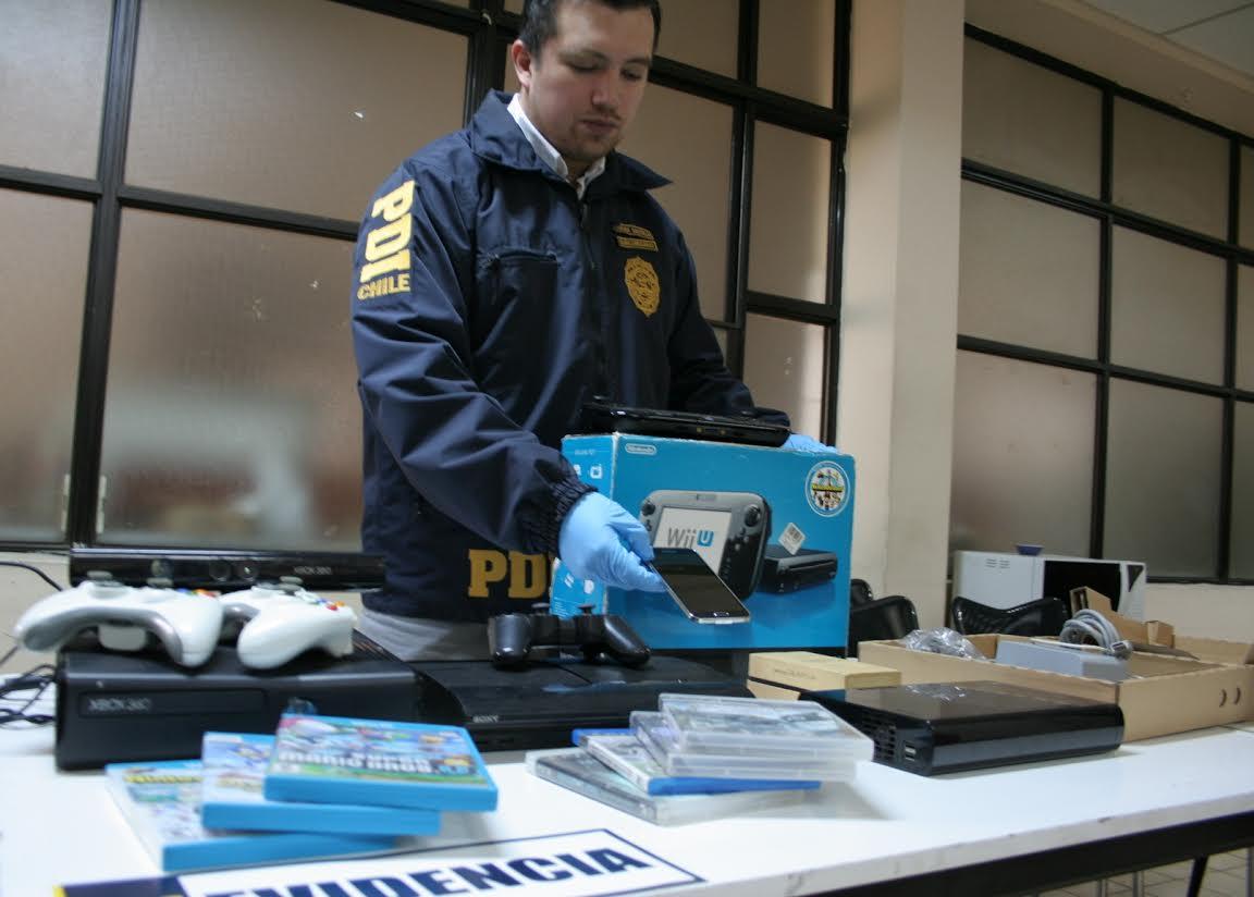 En la detención se recuperaron artículos robados y dinero en efectivo.