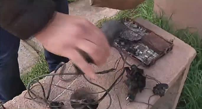 Así quedó el decodificador de DIRECTV que incendió una casa en Talcahuano.