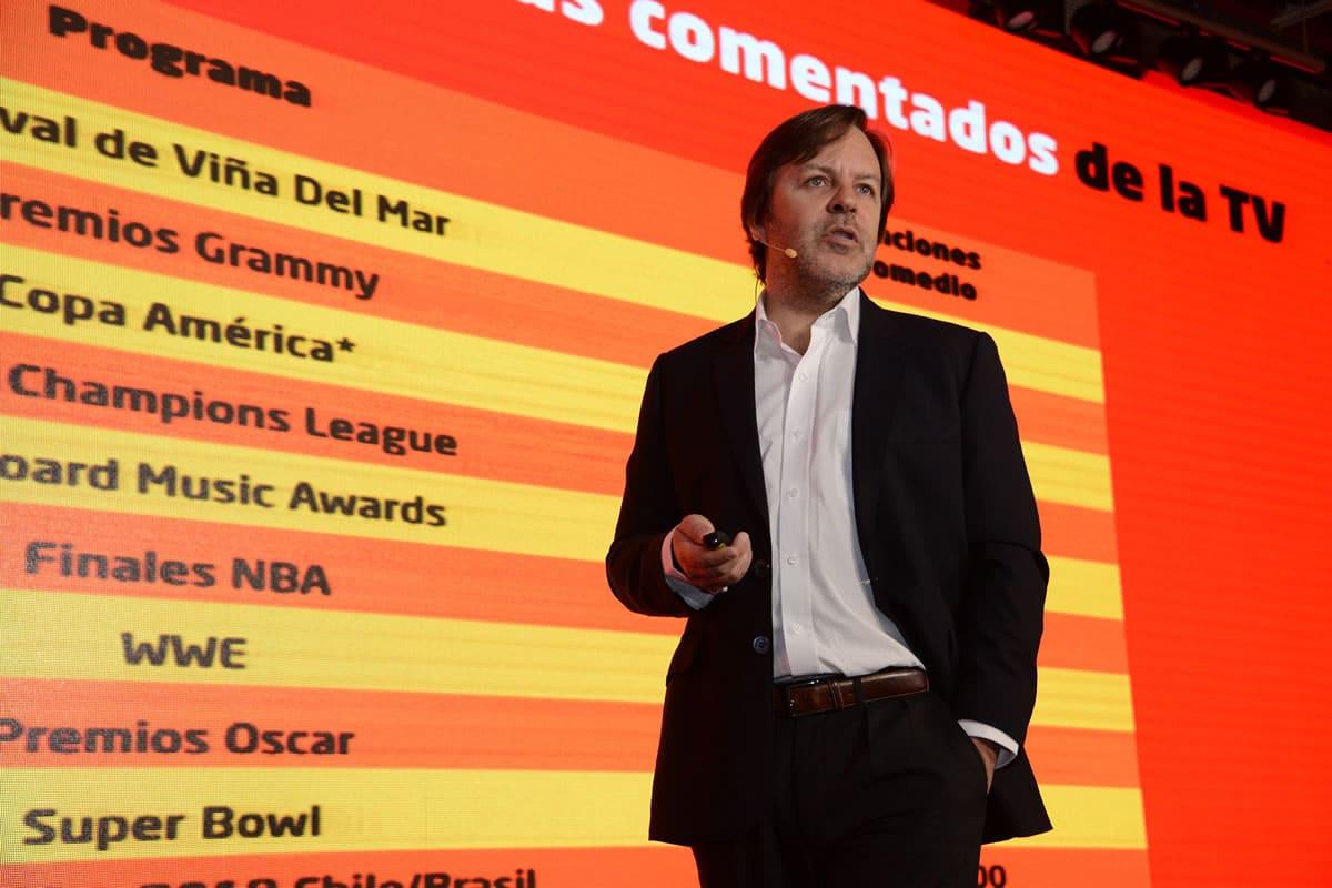 Jorge Carey de VTR presentando el estudio de redes sociales y los chilenos viendo TV.