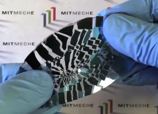 El pegamento es flexible y resistente como para estirar una placa de vidrio destruida.