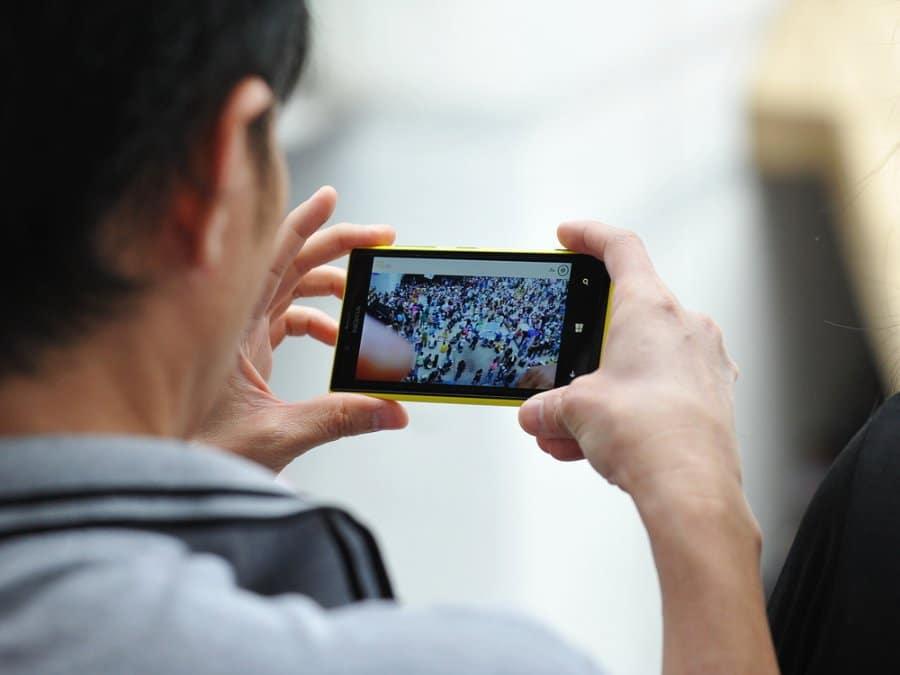 El teléfono móvil, la principal fuente de consumo de videos para los latinoamericanos.