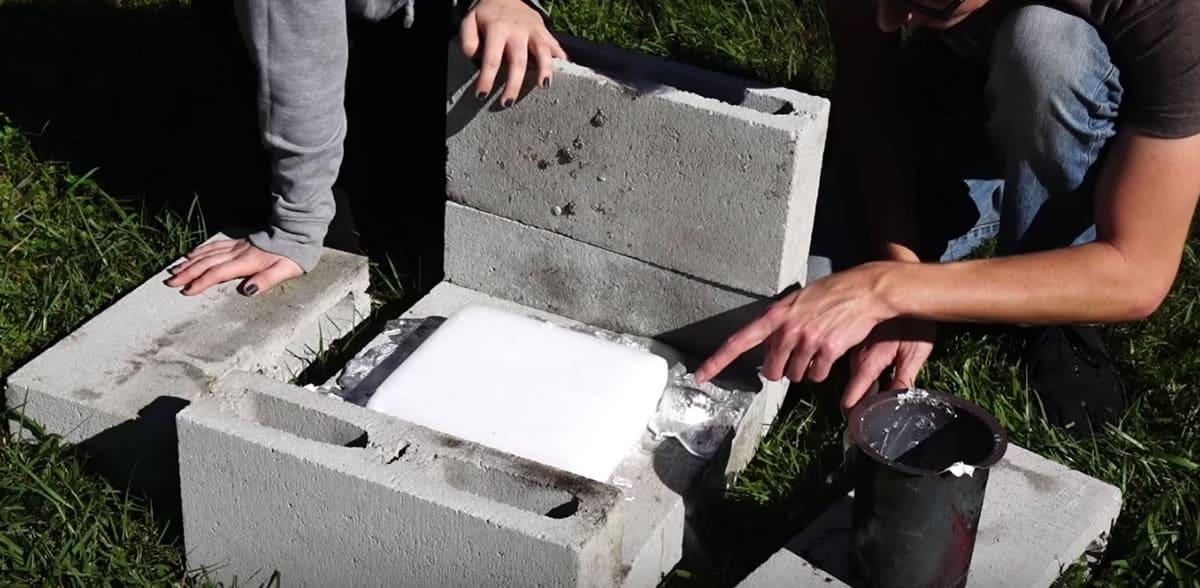 El aluminio fundido queda por el costado del bloque en la primera prueba.