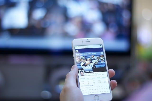Usando Facebook viendo TV