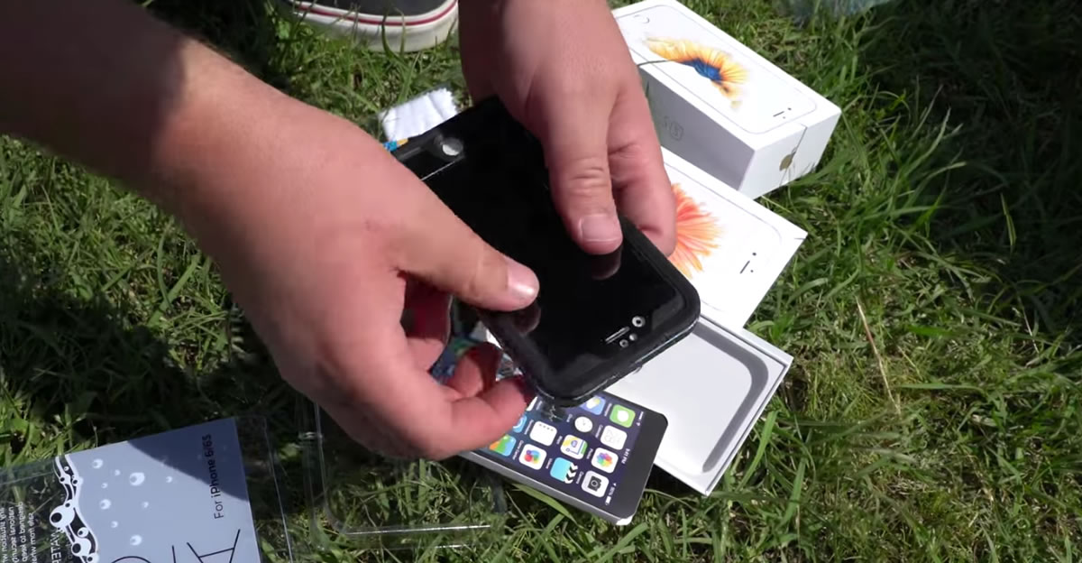 Uno de los teléfonos se revistió con una carcasa antes de lanzarla a la cortadora de césped.