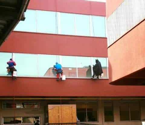 Spider-Man, Capitán América y Batman limpian el hospital de niños.