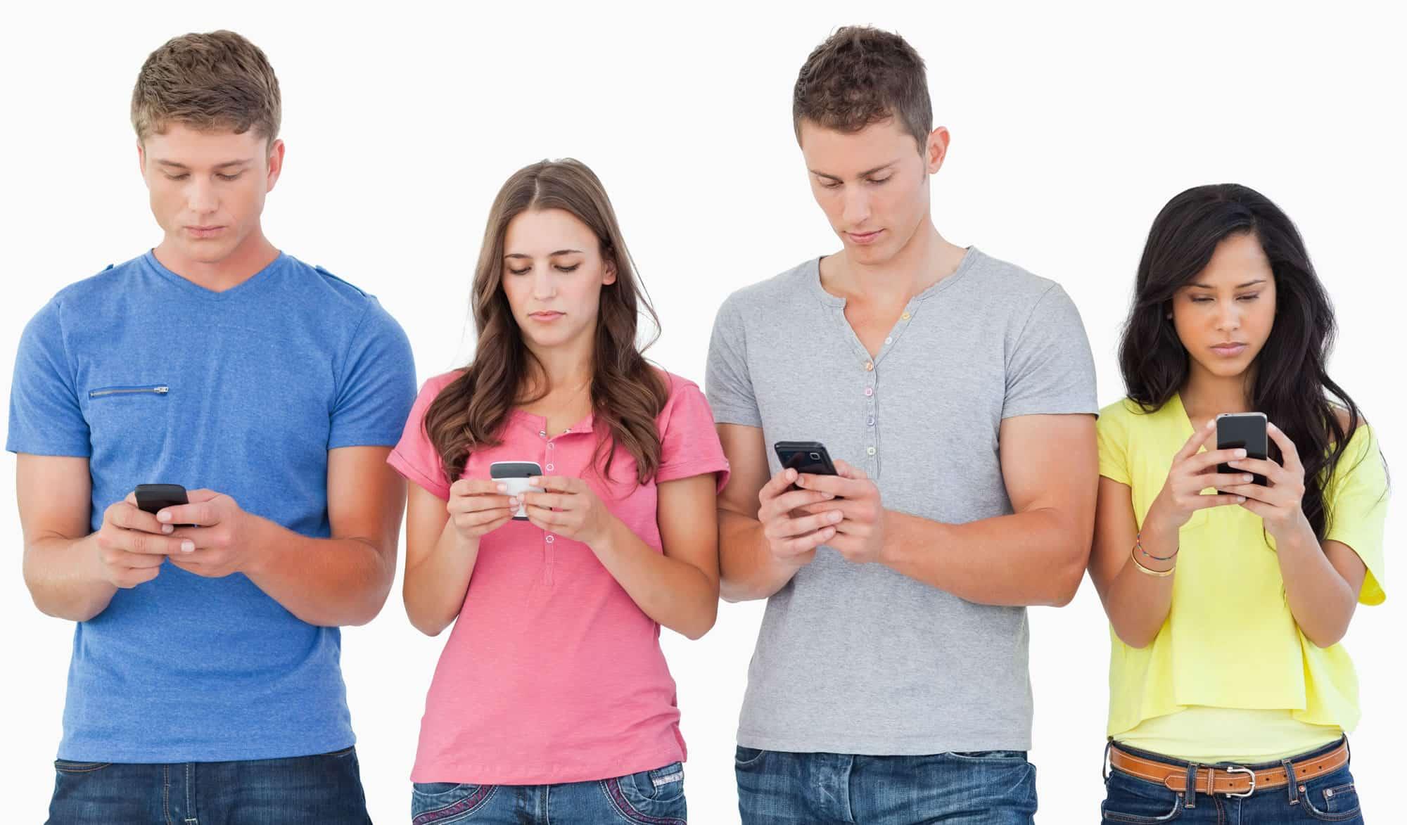 Mujeres y hombres con un smartphone.