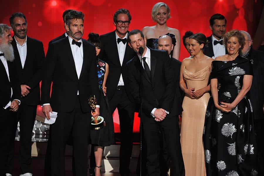 Reparto y equipo de Game of Thrones recibiendo su premio en los Emmy.
