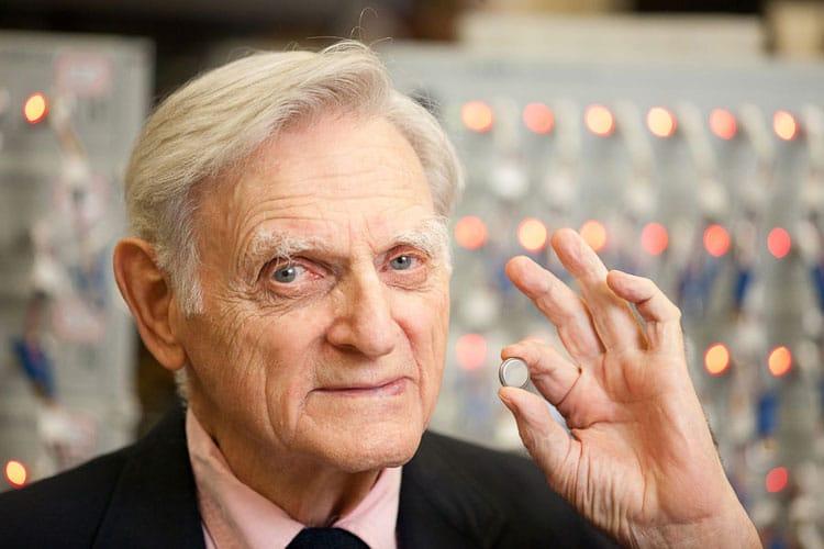 John B. Goodenough, el padre de las baterías de celular.
