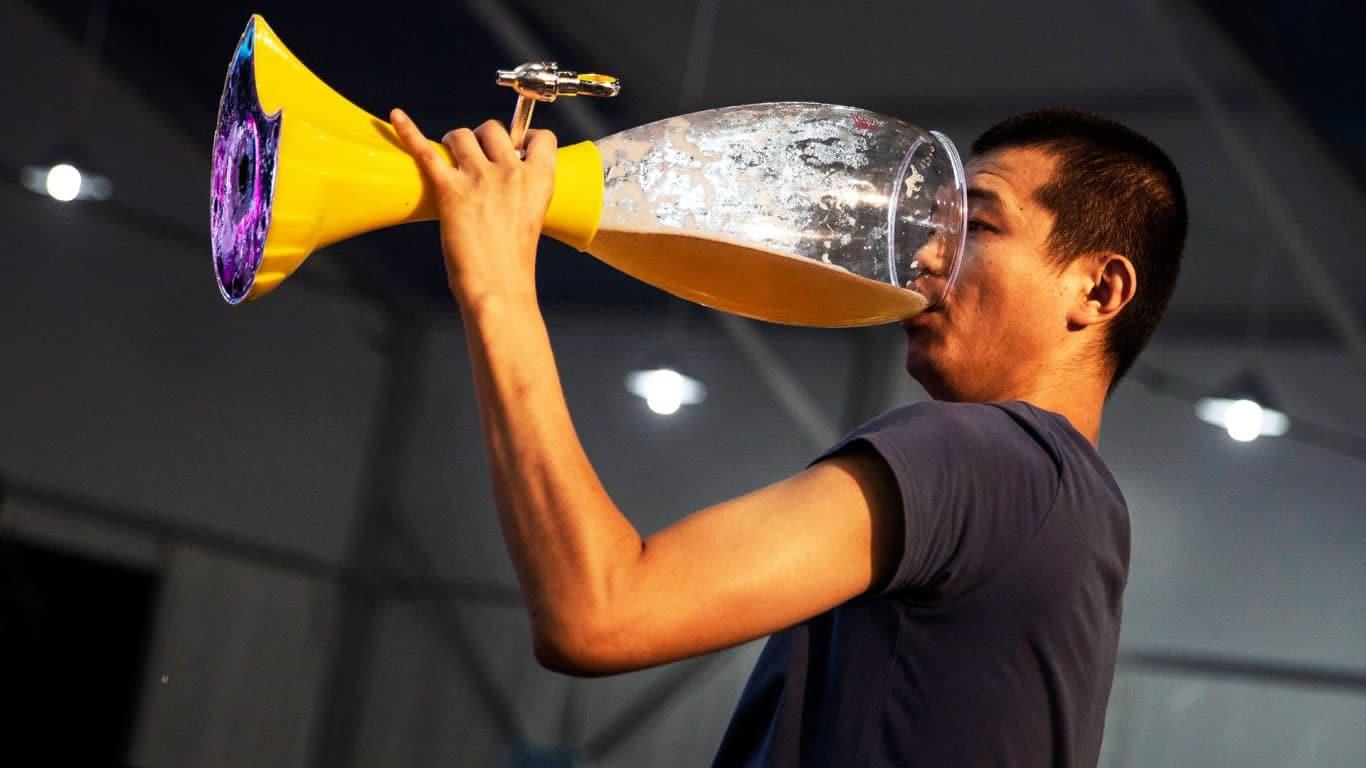 Bebiendo cerveza.