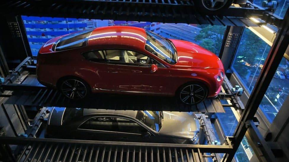 Vending Machine: Los automóviles son comprados y transportados en elevadores.