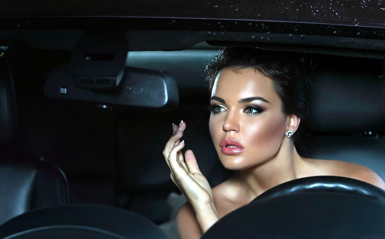 Maquillarse es otra de las distracciones que provocan accidentes al volante a parte del celular.