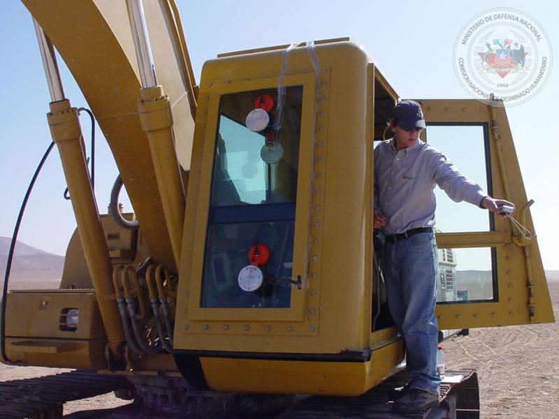 La excavadora de minas antitanques tiene la cabina completamente blindada.